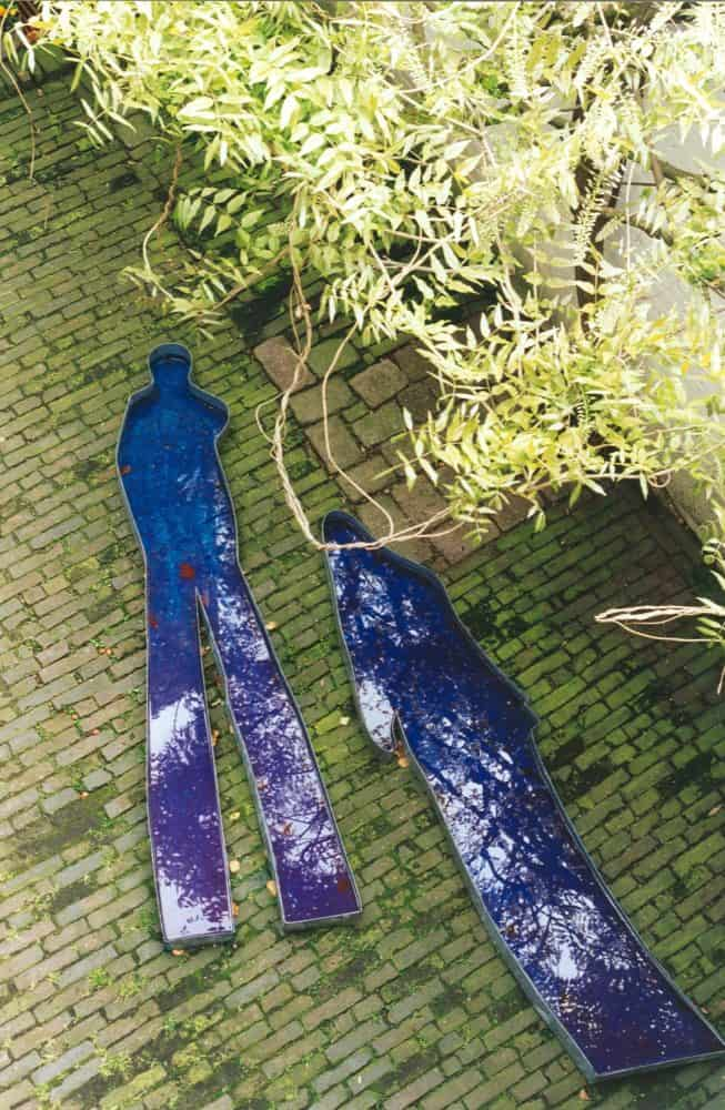 Schaduwvormen, zink, water en kleurstof, 210x60x10cm. Jannie Benthem en Yvonne Halfens.