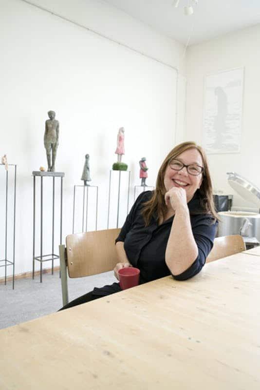 Jannie Benthem in atelier Foto: Marc van Kempen